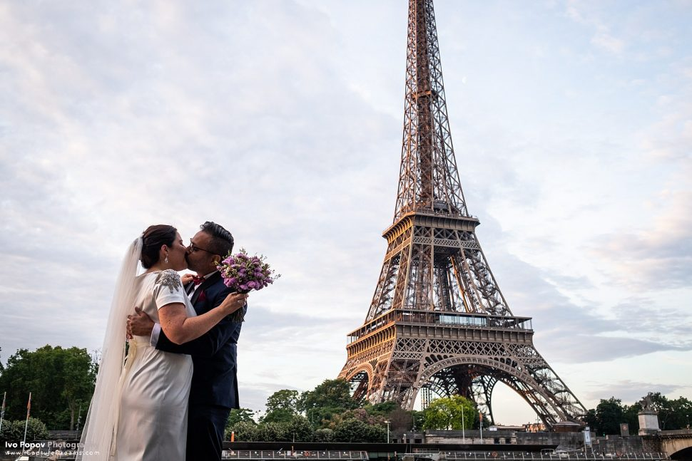 Bride and groom kissing in front of the Eiffel Tower