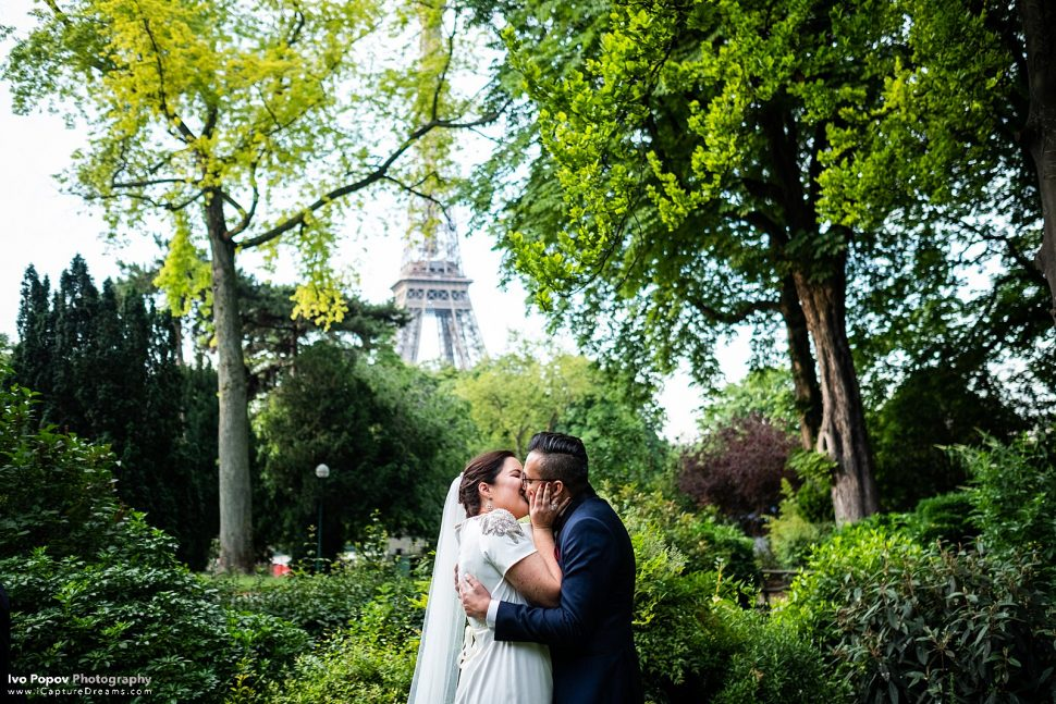Bride and groom kissing after their elopement in Paris