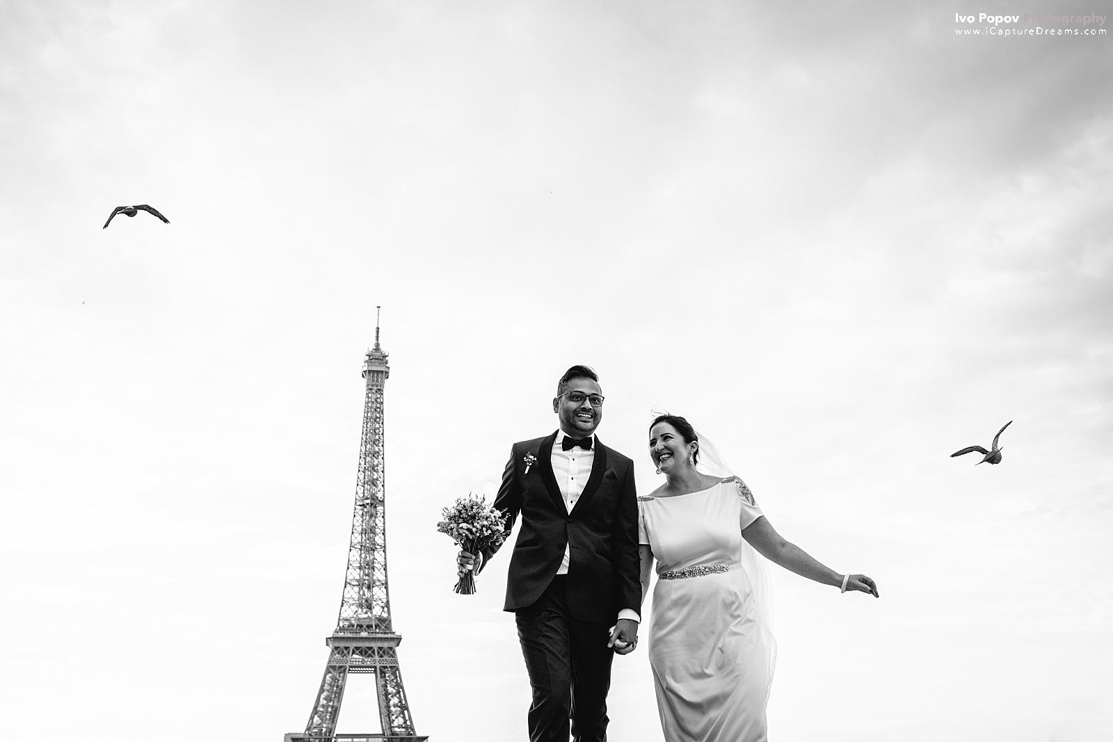 Bride and Groom running happy at Trocadero in Paris