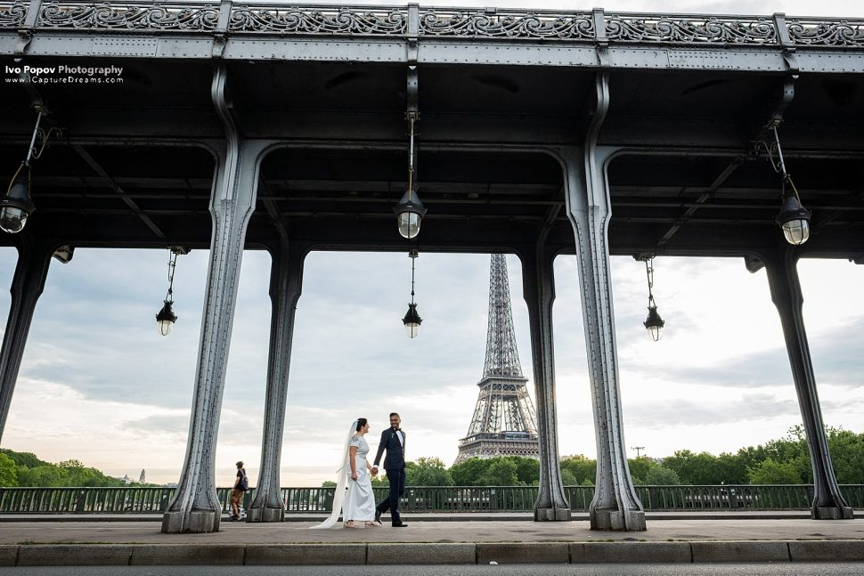 Elopement session at Bir Hakeim bridge in Paris